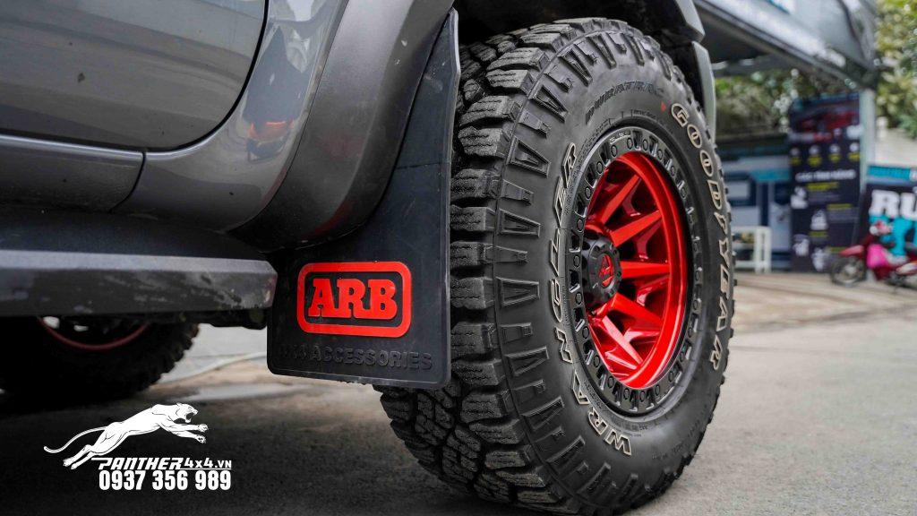 Ford Ranger Raptor độ mâm Fuel Covert đỏ siêu mạnh mẽ